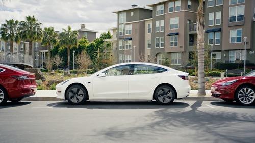 Tesla sconta la Model 3 di 2.000 dollari (6)