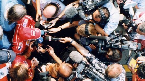1999: Schumi attorniato dai cronisti. La pressione dei media è stata una costante della sua carriera, ma secondo Buchinger non lo ha mai messo in crisi