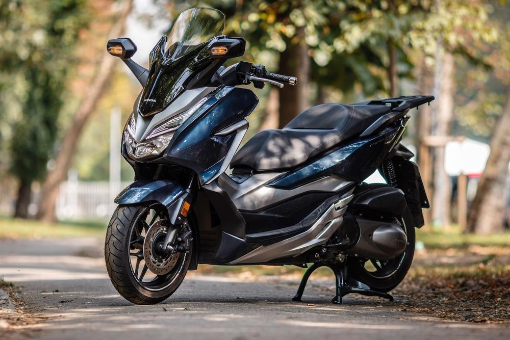 Honda Forza 300 vs  Yamaha XMAX 300 - Prove - Moto it