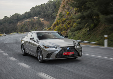 Lexus ES 2019, ci conquista con trazione anteriore ed eCVT [Video]