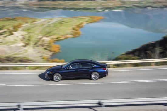 Sappiamo che i clienti tipo di questa Lexus ES saranno quelli appartenenti alla fascia delle lunghe percorrenze