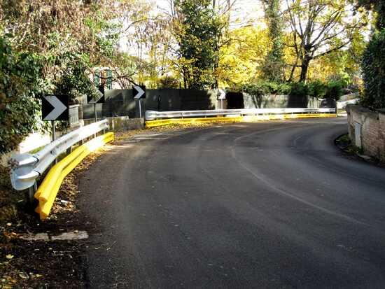 Una barriera DSM installata su una curva pericolosa