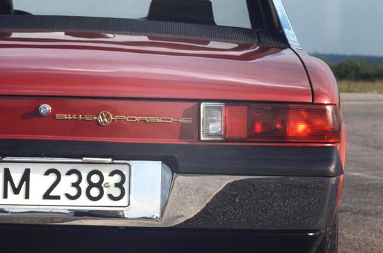 I marchi Volkswagen e Porsche insieme sul posteriore della 914/6 del 1969