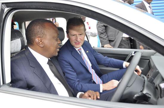 L'ad di Volkswagen Herbert Diess insieme al Presidente del Kenya Uhuru Kenyatta