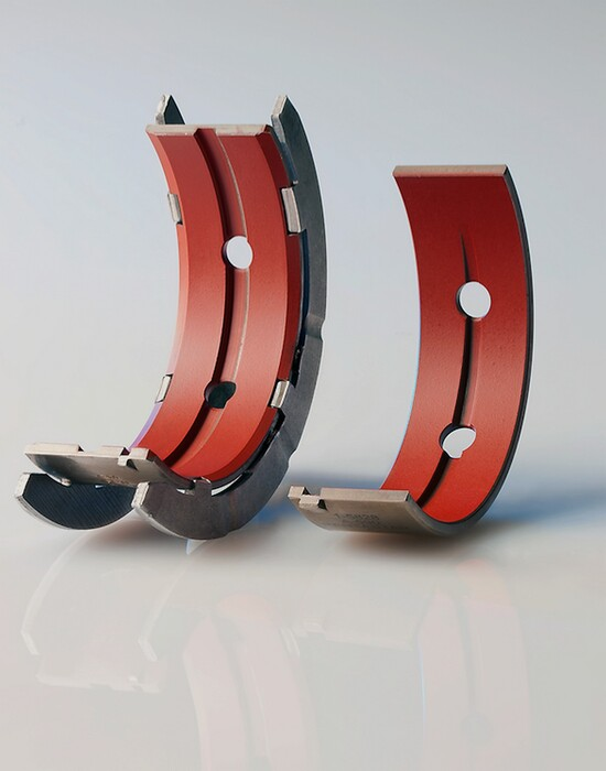 1-In diversi motori moderni una delle due parti in cui è divisa ciascuna bronzina di banco è priva della scanalatura centrale in cui passa l'olio. In questo modo si ha una maggiore superficie di lavoro, a parità di ingombro. Il perno dell'albero in questi casi ha due fori di ingresso olio, disposti a 180°