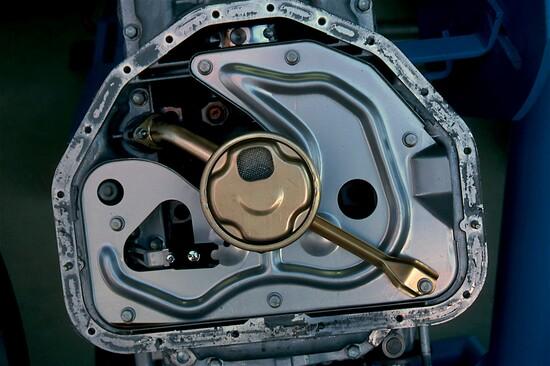 3-Per ridurre le perdite causate dallo sbattimento, in molti motori moderni la parte inferiore della coppa, ove si raccoglie l'olio, è separata dalla camera di manovella da una paratia antisciacquio
