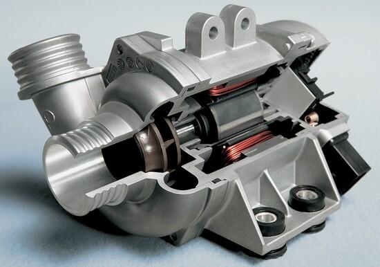 6-Le pompe dell'acqua elettriche, controllate dalla centralina elettronica, entrano in funzione solo quando necessario e hanno una mandata che varia a seconda delle effettive esigenze del motore