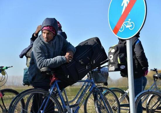 Migranti in bicicletta, il nodo sicurezza stradale