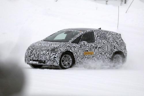 Volkswagen I.D. Neo, le foto spia dell'elettrica sulla neve (2)
