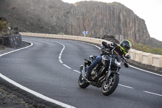 Tra le curve la nuova Honda CB500F è leggera, rapida e precisa
