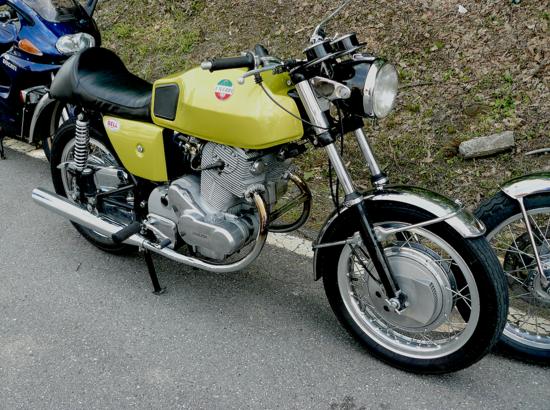 Al Salone di Milano del 1969 la Laverda ha presentato la 750 SF, destinata a ottenere una notevole popolarità tra gli appassionati. Quella mostrata nella foto è la prima versione, con carburatori da 30 mm e tubo compensatore posto nella parte iniziale dei due scarichi