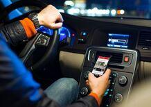 Polstrada: «Ritiro immediato patente per cellulare alla guida»