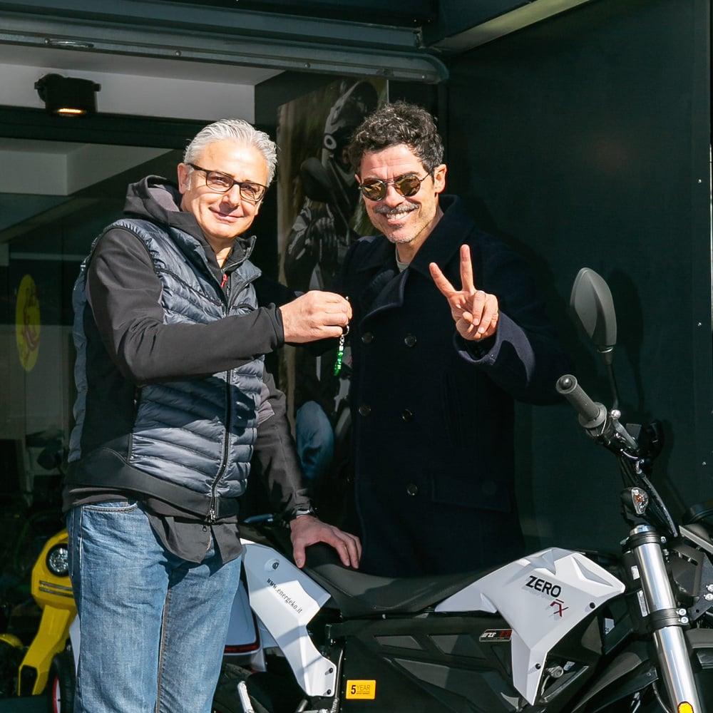La consegna delle chiavi della Zero FX ad Alessandro Gassmann dalle mani di Josef Morat (photo Giorgio Maiozzi)