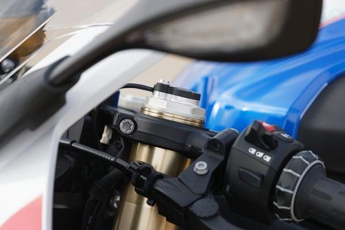 La testa di forcella della BMW S1000RR 2019: si nota il controllo elettronico della sospensione