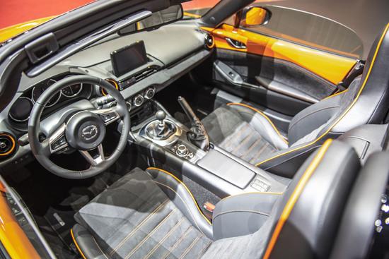 Interni con dettagli arancio e sedili Recaro per la MX-5 30th Anniversary