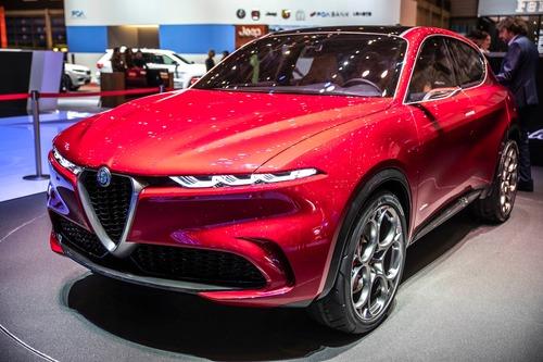 Alfa Romeo Tonale, Bugatti e le moto: la passione per i passi montani colpisce ancora