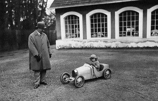 Ettore Bugatti ed il figlio Roland Bugatti sulla Tipo 52 Baby