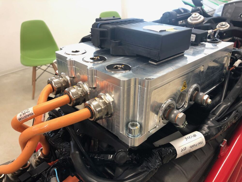 I collegamenti fra Supply Unit e VCU: si notano colore e spessore dei cablaggi ad alta tensione