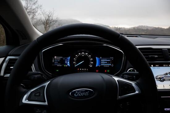 La Mondeo wagon si fa guidare in maniera molto confortevole, ma anche più facile di quanto ci si aspetti vedendola a livello statico