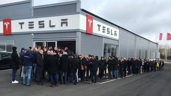 La coda davanti al Tesla Store di Goteborg
