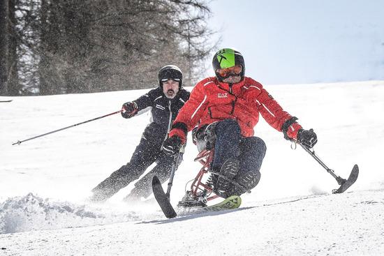 Alex Zanardi apre la strada a Sergio Solero sulle candide piste di Sauze d'Oulx, in Valle d'Aosta