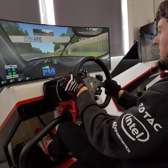 Ecco Amos Laurito in azione con la Porsche 911 GT3 Cup. Display C49HG90 ultrawide, postazione Sparco Porsche Edition e kit volante e pedaliera Fanatec