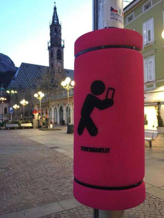 A Bolzano la provincia autonoma ha installato dei cuscini paracolpi per i pedoni distratti dallo smartphone