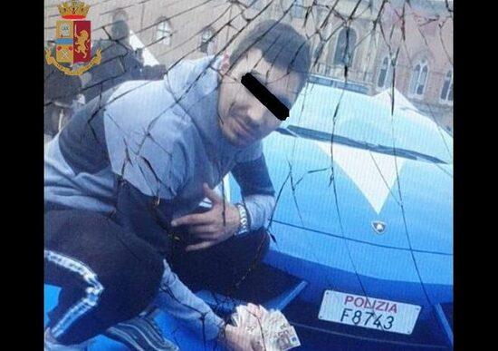 Bologna, selfie davanti a Lamborghini della Polizia: trovati con 70 g di hashish
