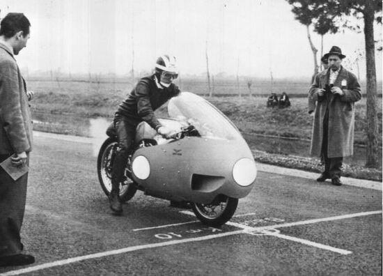 """Lomas alla partenza sulla """"fettuccia di Terracina """" dove stabili numerosi record mondiali superando anche i 280 k/h"""