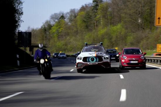 La Mercedes ESF 2019 in mezzo al traffico