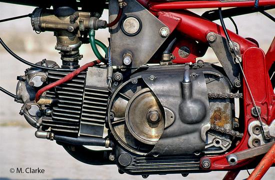 In questa foto di un motore post-1965 è ben visibile il volano fissato alla estremità sinistra dell'albero a gomito. Le ultime 250 sono arrivate a erogare circa 33 cavalli a 10.000 giri/min