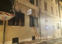 Mirandola, dà fuoco al comando della Polizia Municipale. Due morti