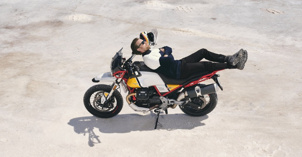 Moto Guzzi V85 TT, Ewan McGregor protagonista della campagna pubblicitaria