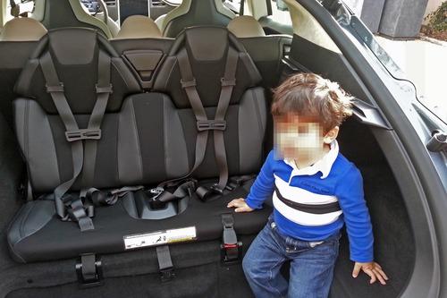 Sicurezza bambini in auto, Seduti davanti o dietro, il 30% dei piccoli soffre: ecco le regole (3)