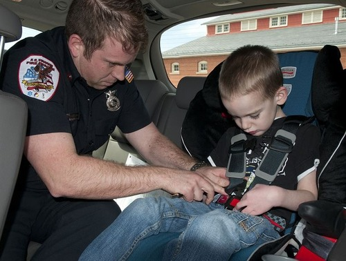 Sicurezza bambini in auto, Seduti davanti o dietro, il 30% dei piccoli soffre: ecco le regole (4)