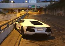 Svizzera, Lamborghini non riesce a seminare polizia che la insegue: il conducente drogato senza patente finisce fuori strada