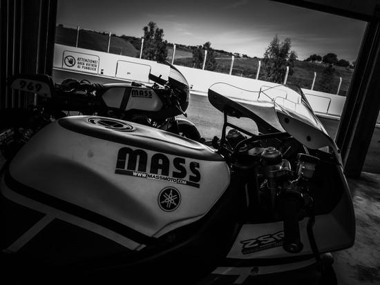 la Yamaha YZF 750R e la Moto Guzzi Le Mans pronte per scendere in pista a Racalmuto