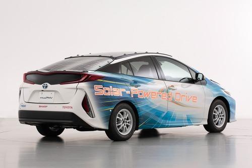 Toyota Prius PHEV, con i pannelli solari Sharp guadagna 44 km di autonomia (9)