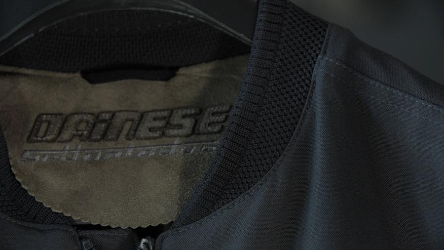 Un dettaglio della lavorazione del colletto della giacca Sanha Tex
