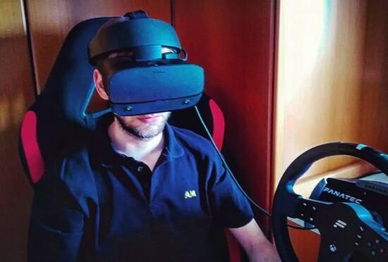 Riproducendo un classico ambiente casalingo ecco l'Oculus Rift S: comodo da indossare anche per chi usa gli occhiali