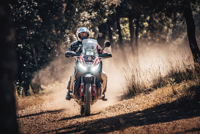 Zocchi (Honda X-ADV 750) ha vinto la Gibraltar Race
