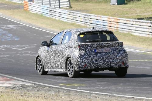 Toyota Yaris: avvistata la nuova generazione [Foto spia] (5)