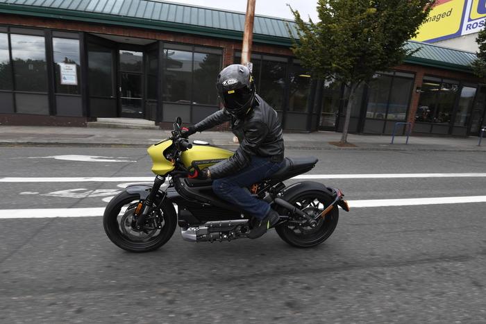 La moto è comoda, ma lo spazio per il passeggero è ridotto all'osso