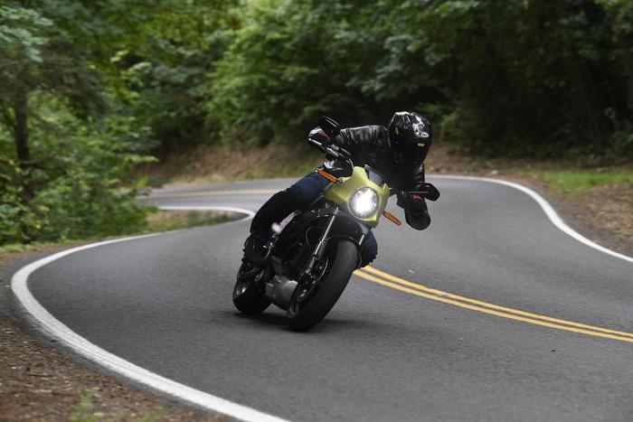 Il telaio in alluminio regala prestazioni da sportiva alla moto nel misto. Le sospensioni sono però molto rigide. Forse troppo