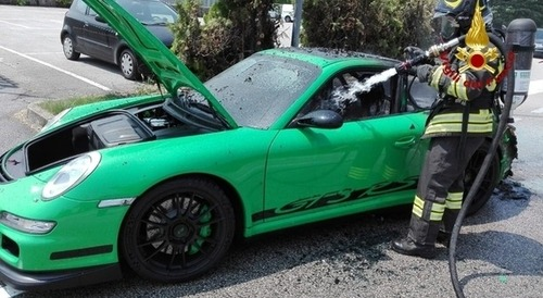 Porsche 911 a fuoco in Veneto: era una GT3 RS verde, bruciata davanti al proprietario [foto] (4)