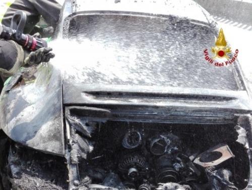 Porsche 911 a fuoco in Veneto: era una GT3 RS verde, bruciata davanti al proprietario [foto] (2)