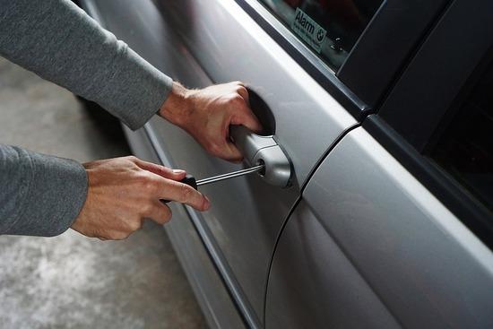 Maniglie portiera scassate: capita sempre meno perché i ladri d'auto se la cavano con sblocchi elettronici