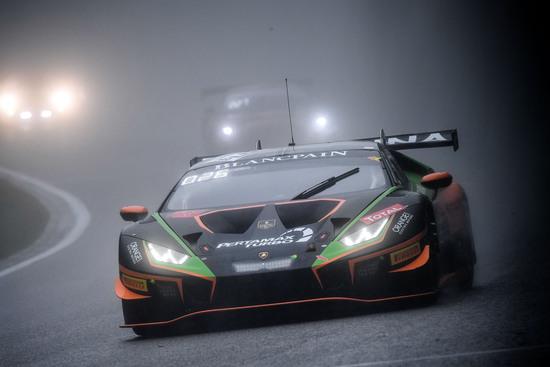 Sotto il diluvio universale la Lamborghini Huracan del team Orange 1 FFF scala posizioni su posizioni