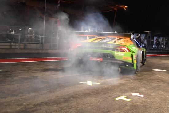 Pit stop, cambio pilota e via sgommando nella notte di Spa Francorchamps