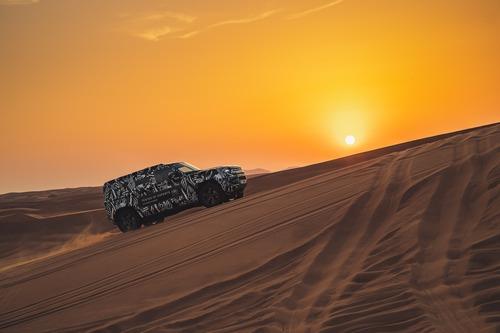 Land Rover Defender 2020, test nel deserto con la Croce Rossa (3)